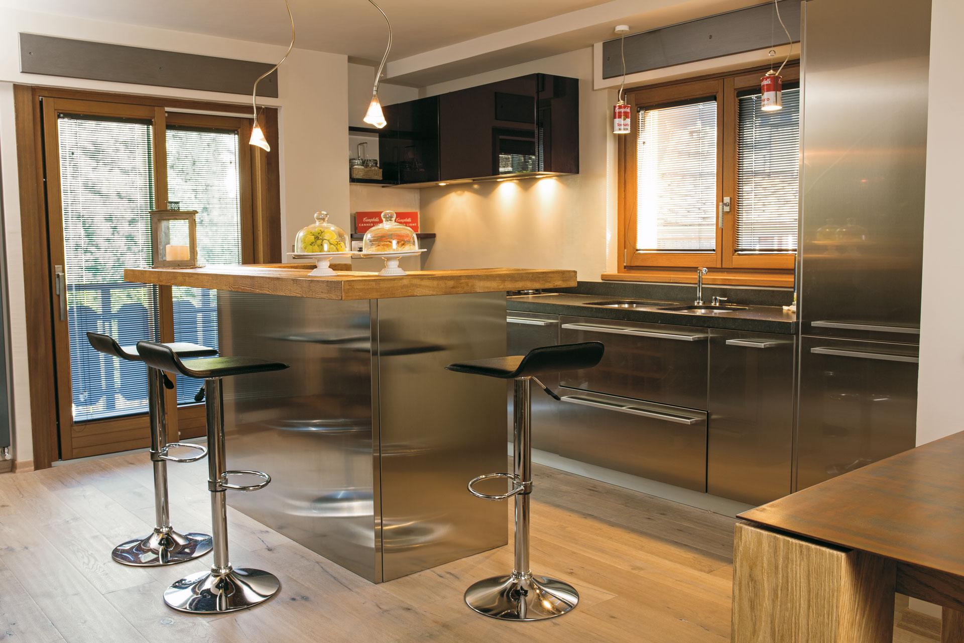 Protgonista è la scelta di materie trattate in modo naturale come la pietra e il legno, con l'accostamento di alcuni elementi di design che per forma e colore restituiscono all'ambiente equilibrio e calore