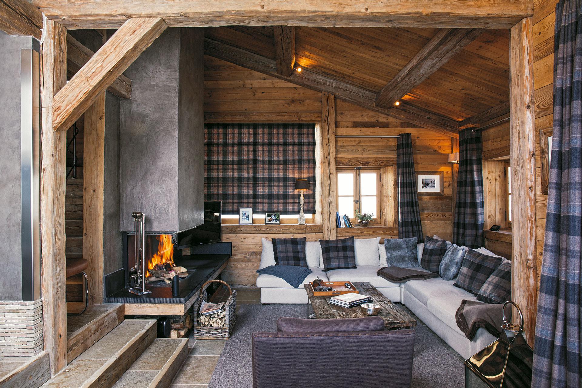 L'ampio soggiorno con i tendaggi in lana